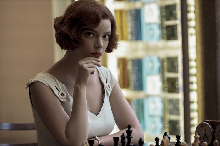 安雅原本是金髮,在造型團隊的巧手協助下變身成頂著1960年代流行的棕紅捲髮復古女...