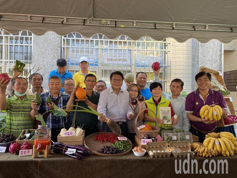 屏東農友跟縣長潘孟安分享使用光合菌種種植的蔬菜水果。記者劉星君/攝影