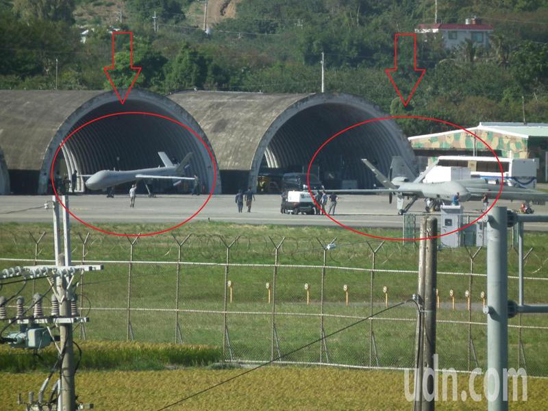 志航基地停機坪上2架騰雲無人機,新式騰雲機(右)外觀比起一旁原型騰雲機(左)來的大一些,且新式騰雲機機身後方發動機上方也多了進氣孔,外觀更像美軍死神無人機MQ-9。記者尤聰光/攝影