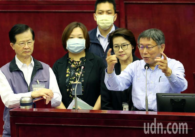 台北市長柯文哲(右一)回應議員質詢批萊豬進口政策嗆:「怎麼會有那麼爛的農委會主委?」,更直呼「萊豬誰執政誰贊成,誰在野誰反對」、「兩黨政治搞垮台灣」。記者林俊良/攝影