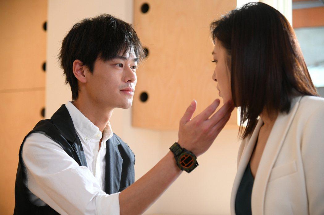 夏騰宏(左)和劉品言在「未來媽媽」中譜姊弟戀。圖/三立提供