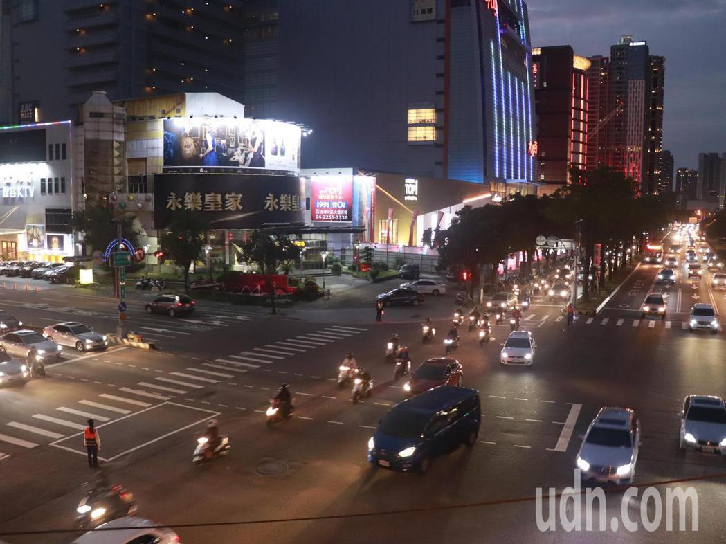 台灣大道是台中市區主要道路,每天車流量百萬次,鬧區路段的慢車道路面凹凸不平,機車...