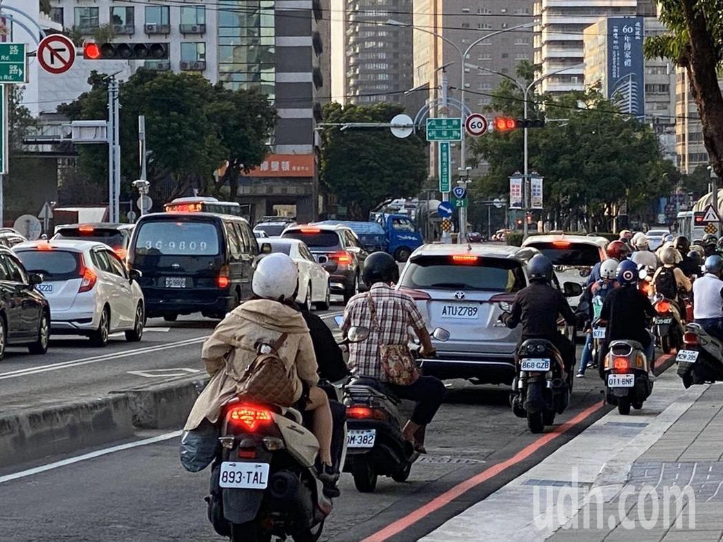 台灣大道是台中市區主要道路,鬧區路段的慢車道路面凹凸不平,機車族抱怨宛如「戰鬥大...