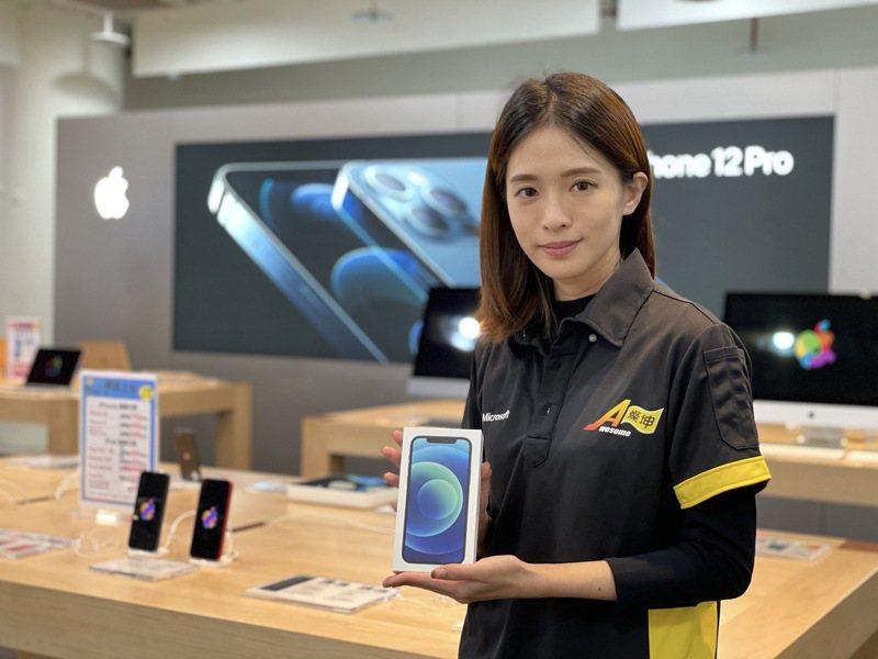 燦坤Awesome會員特典6日開跑,祭出超過2,000支iPhone 12 128GB直降1,111元。記者黃筱晴/攝影