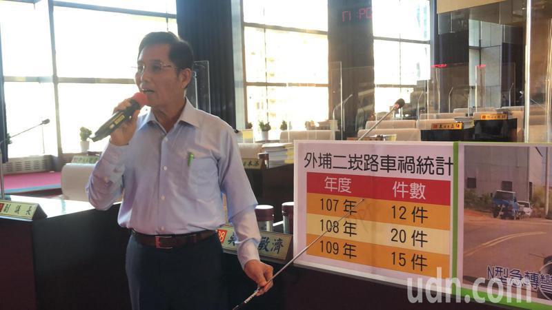 台中市議員吳敏濟表示,外埔二崁路與大溝橋設計不良,造成車禍不斷。記者陳秋雲/攝影