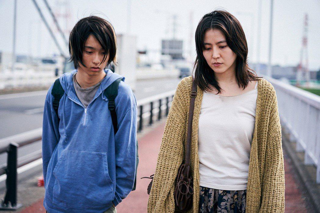 長澤雅美(右)在「母子情劫」中,與17歲男星奧平大兼演母子。圖/Netflix提...
