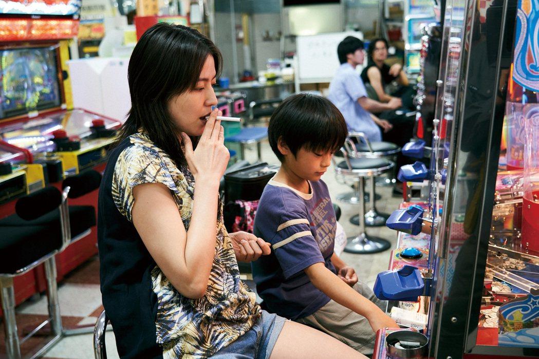 長澤雅美(左)突破以往甜美形象展現演技,在「母子情劫」演出一名性格黑暗放蕩的年輕...