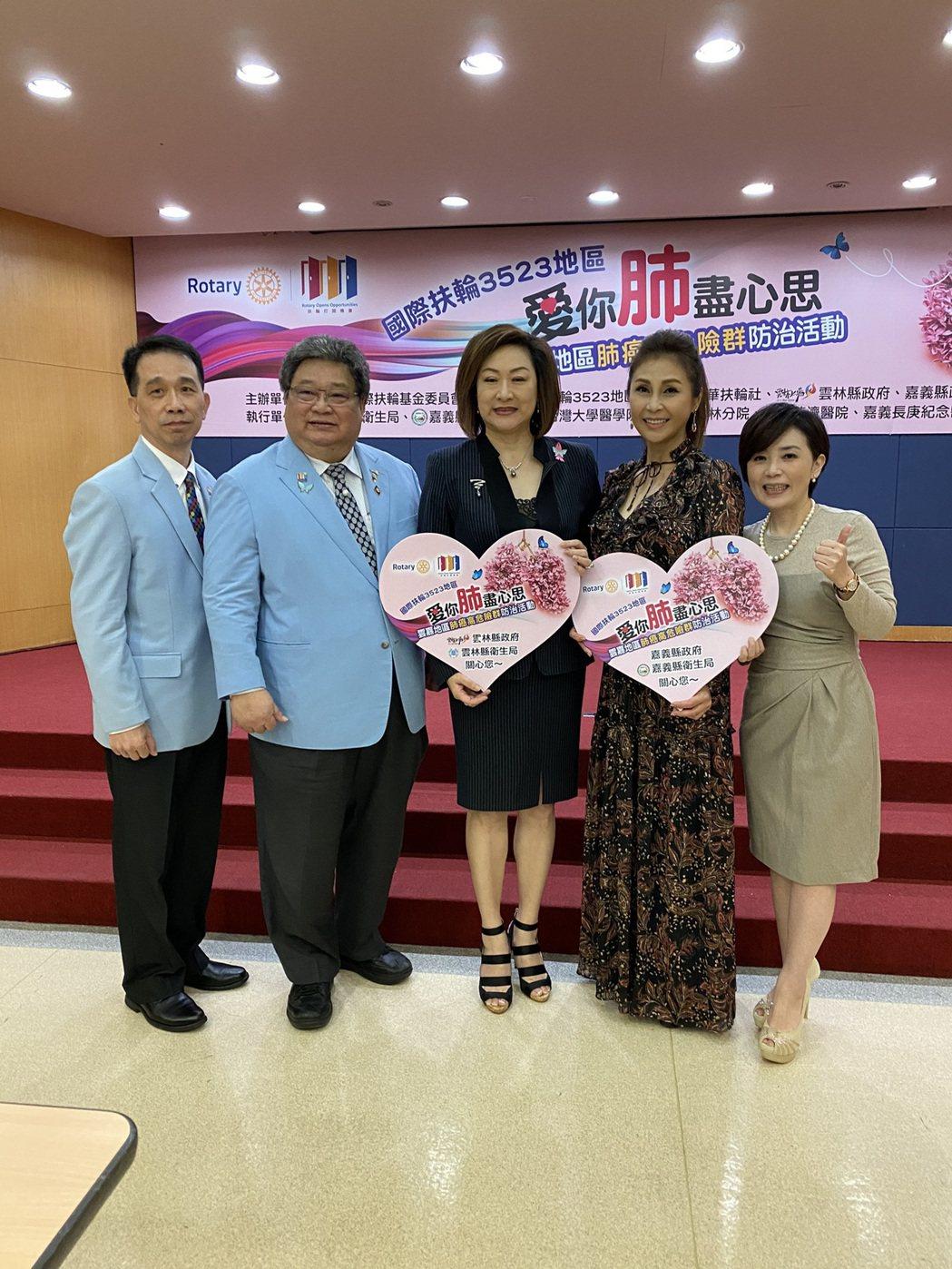 梁佑南(右二)、阮虔芷出席公益活動。圖/民視提供
