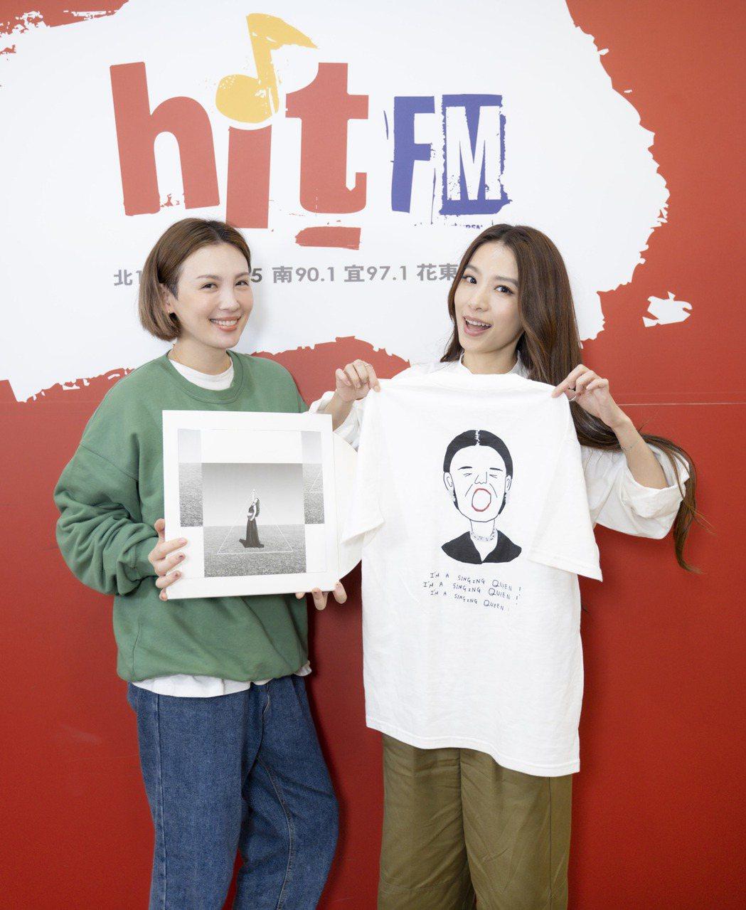 魏如萱(左)封新科金曲歌后後,將封后時浮誇驚恐的模樣做成「歌后T-shirt」,