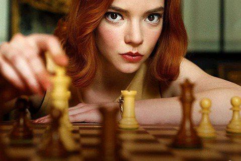 以西洋棋競賽和女棋手人生遭遇為主題的Netflix最新迷你影集「后翼棄兵」,在全球各地大暴紅,除了女主角安雅泰勒喬伊人氣更上層樓外,搭配她的兩位男星湯瑪斯布洛迪桑斯特與哈利梅林,都是童星時期已出道的...