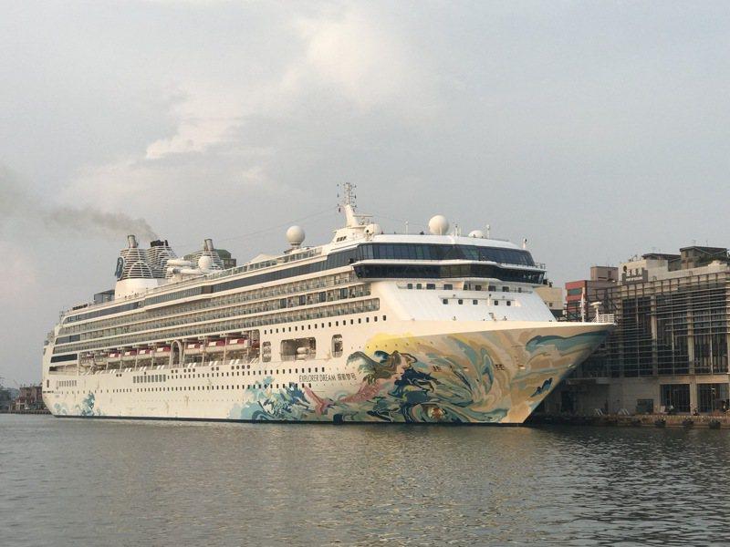 全球首艘復航的「探索夢號」,7月26日從基隆港出發,走的是國內離島跳島,並聲稱船上賭場不開放,但沒多久就破功。記者吳淑君/攝影