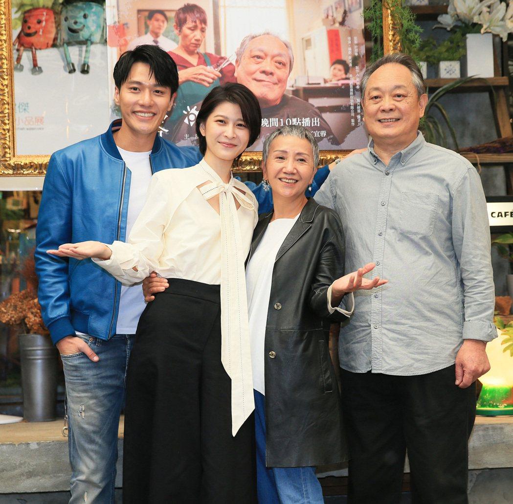 張復建(右起)、陸弈靜、江宜蓉、張睿家出席「面容」記者會。記者潘俊宏/攝影
