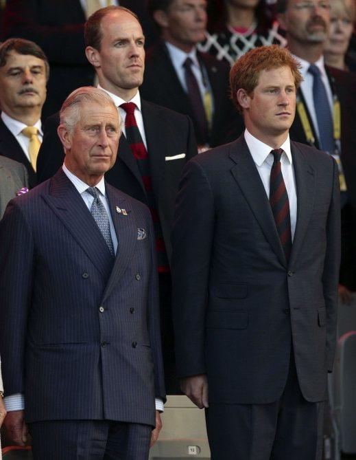 哈利王子(右)的生父一直被外界懷疑可能並非查爾斯王子。圖/路透資料照片