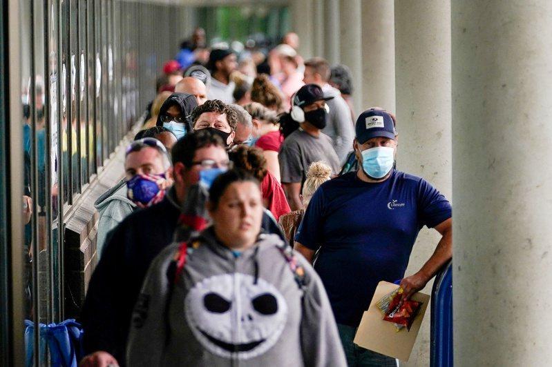 美上周初領失業金人數仍在超高水準。(路透)