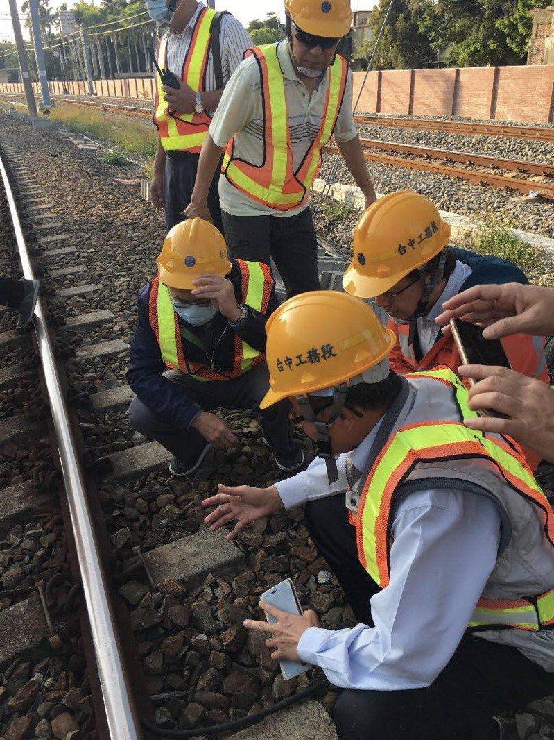 交通部官員視察台鐵永康斷軌處理情形。圖/交通部提供