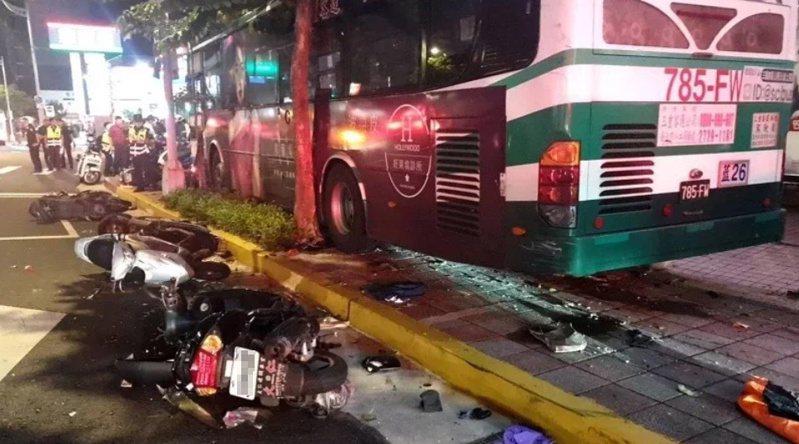 9月21日台北市公車撞上人行道,造成一死一傷。記者廖炳棋/翻攝