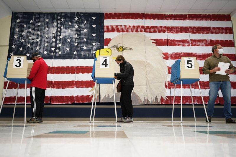 四年前美國各家民調預測民主黨希拉蕊會當選總統,最後由共和黨川普出線。四年後,這次預測結果是否有改進? 圖/美聯社