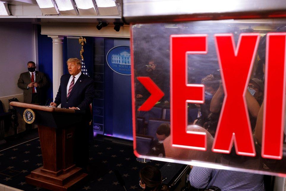 《NBC》值班主播霍爾特(Lester Holt)表示,「我們必須中斷總統的直播...