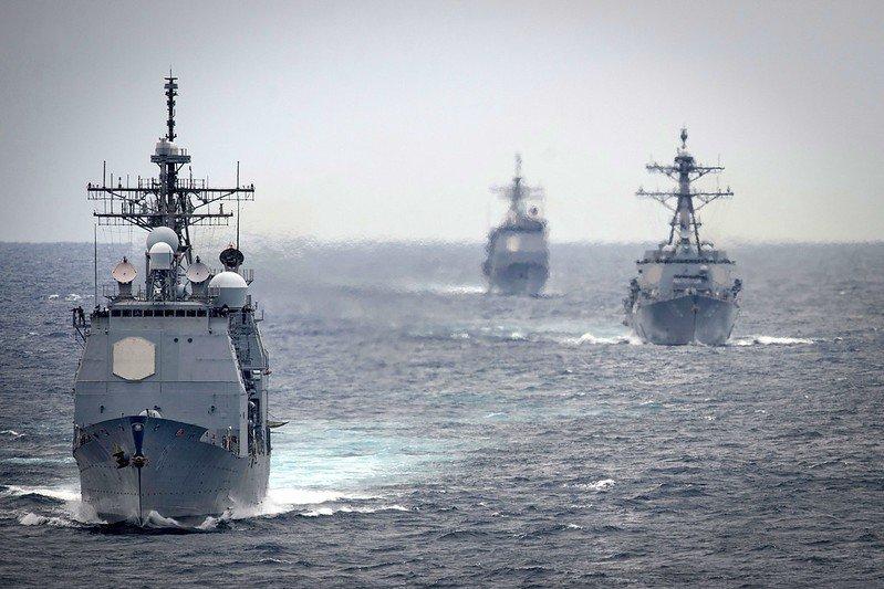 提康德羅加級神盾巡洋艦蒙特婁號(前),伯克級驅逐艦托馬斯・哈德納號(中),與提康德羅加級神盾巡洋艦維拉灣號(後)。 圖/美國海軍