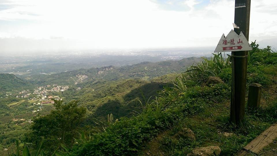 台南市雞籠山、大凍山路線,雞籠山是大眾路線,攻頂遠眺山下聚落,令人心曠神怡。 圖...