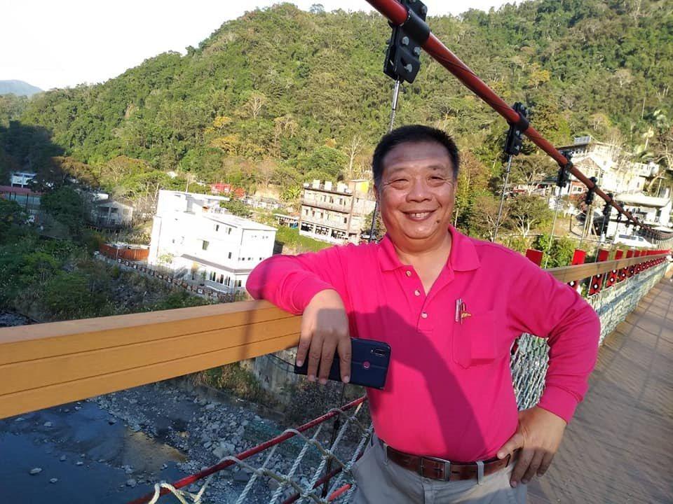 4年前,台南市新營區公所經建課長蔡昆宏為了逐夢,51歲即提前退休,隔年就考上領隊...