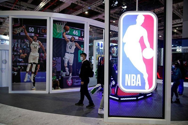 NBA已經和球員工會達成共識,2020-21年賽季將會在台灣時間12月23日正式啟動,例行賽將會進行72場。 路透
