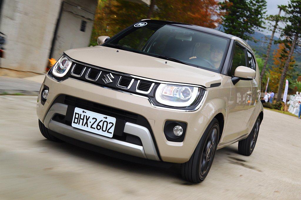 小改款Suzuki Ignis車頭最大亮點就是換上新式四孔進氣水箱護罩,搭配霧銀...