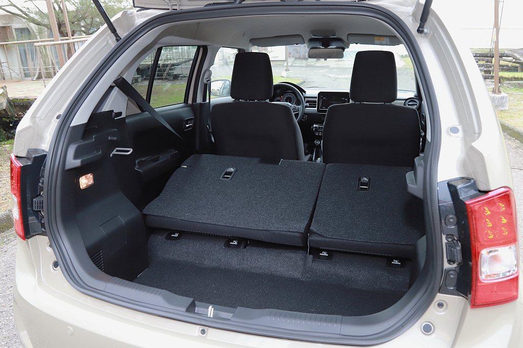 後行李廂空間滿座狀況下為267L,透過後座椅背傾倒機能則可擴充至501L。 記者...