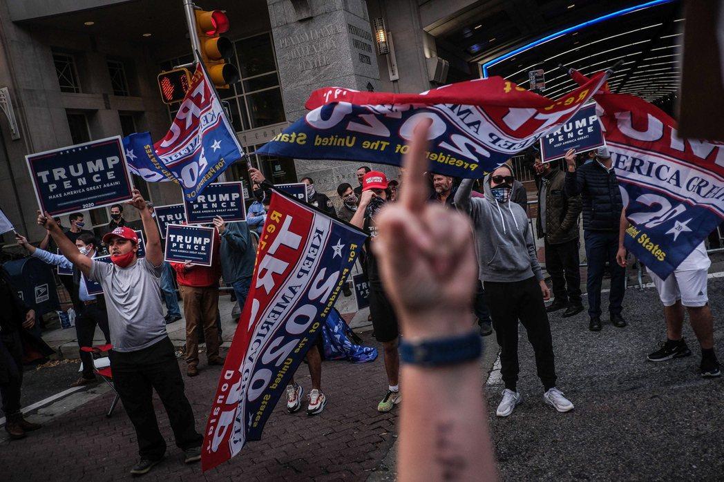 圖為賓州費城——這是民主黨晚開票的終極大票倉,也是共和黨全力狙擊的法律戰場——的...