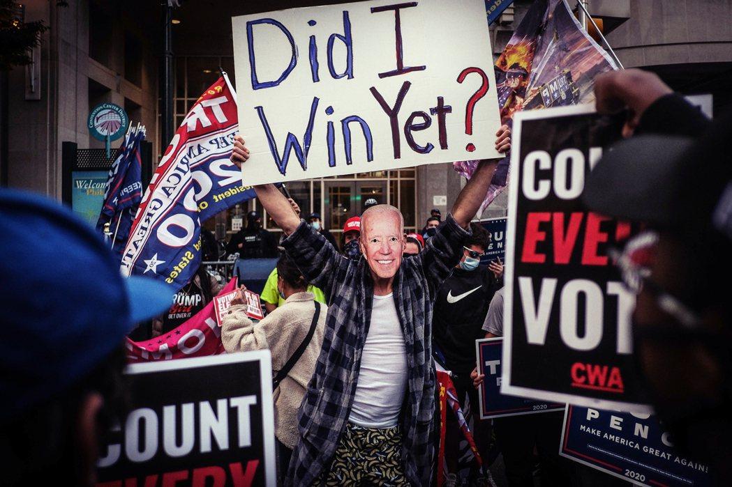 「瞌睡老喬剛睡醒,請問我贏了嗎?」費城開票中心外的川普支持者,與力求「每張票都有...