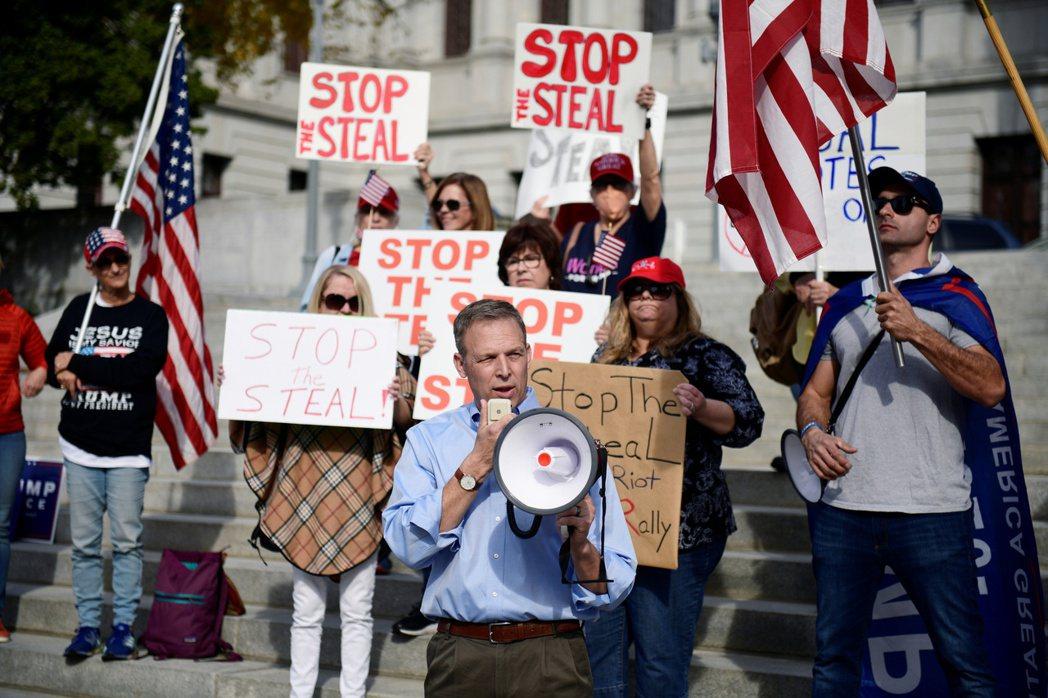 「是誰『偷走』了我們的勝利?」圖為賓州共和黨支持者的選後抗議。 圖/路透社