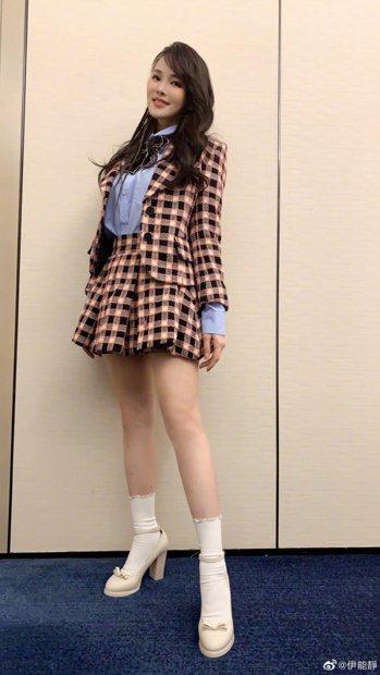 伊能靜穿上學生制服般的表演服,也不會有違和感。 圖/摘自微博