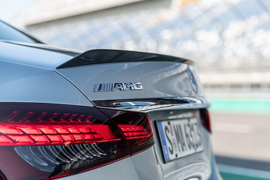 車尾也相同注入AMG家族設計基因,且在視覺上有著E 63的專屬元素,如獨有的AM...