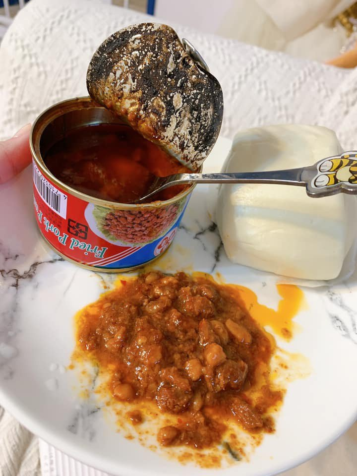 一名女網友將肉醬罐頭燒熱後再配白饅頭吃,吃在嘴裡感受到滿滿的回憶。 圖/翻攝自「我愛全聯-好物老實説」