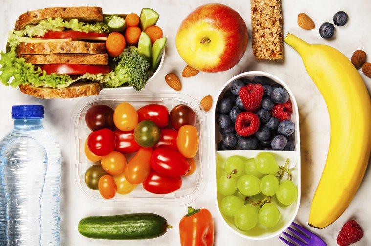 帕金森病患者的膳食要保證充分的飲水量,增加堅果、茶、漿果類、深海魚、深色綠葉蔬菜...