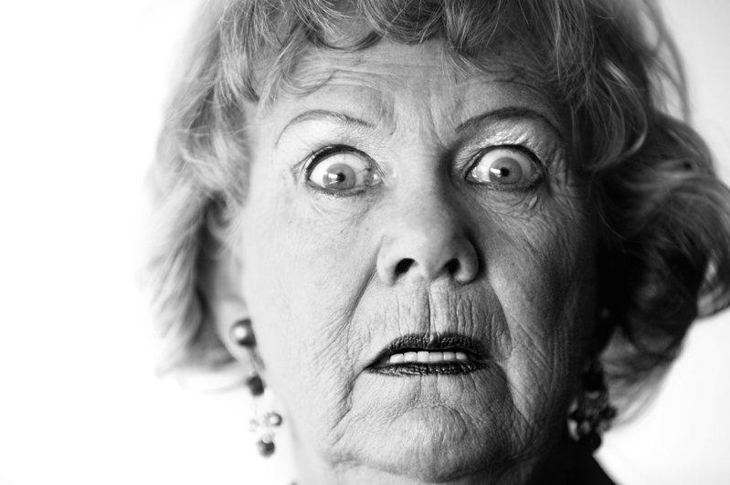 一名男網友偷看女性「超胸」美照,當場被丈母娘抓包,讓他開玩笑表示,下次要改在岳父面前看。示意圖/ingimage