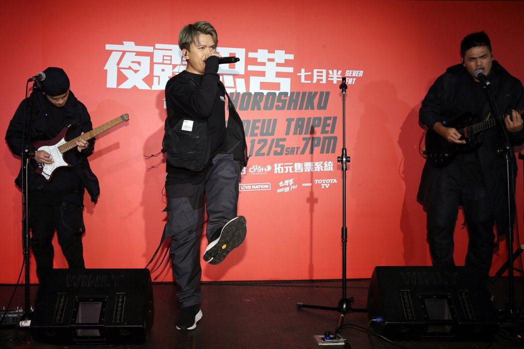 百萬訂閱的YouTuber蔡阿嘎(中)、HowHow、蔡哥(右)、馬叔叔(左)、...