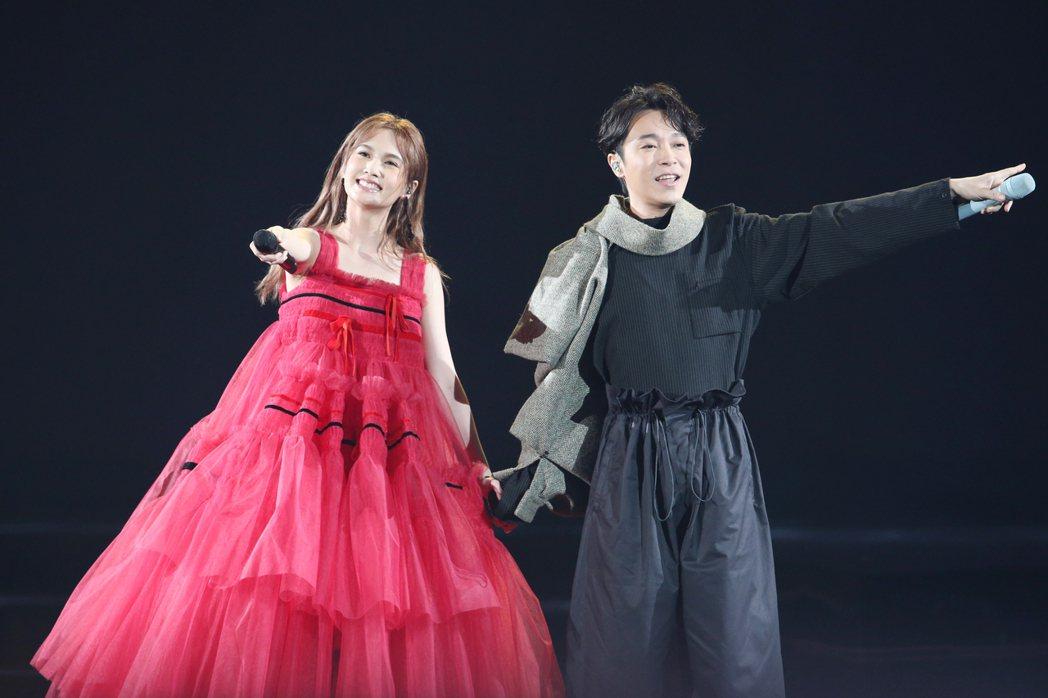 迎接出道20週年,藝人楊丞琳(左)一連三天在台北小巨蛋舉辦演唱會,首場嘉賓由吳青...