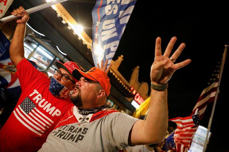 川普的支持者群聚。路透
