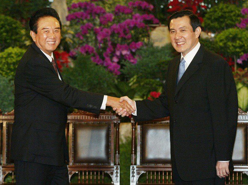 眾所矚目的馬陳會在台北賓館提前登場,馬英九總統(右)與海協會會長陳雲林(左)相互握手致意,開啟海峽兩岸交流新的一頁。圖/聯合報系資料照片