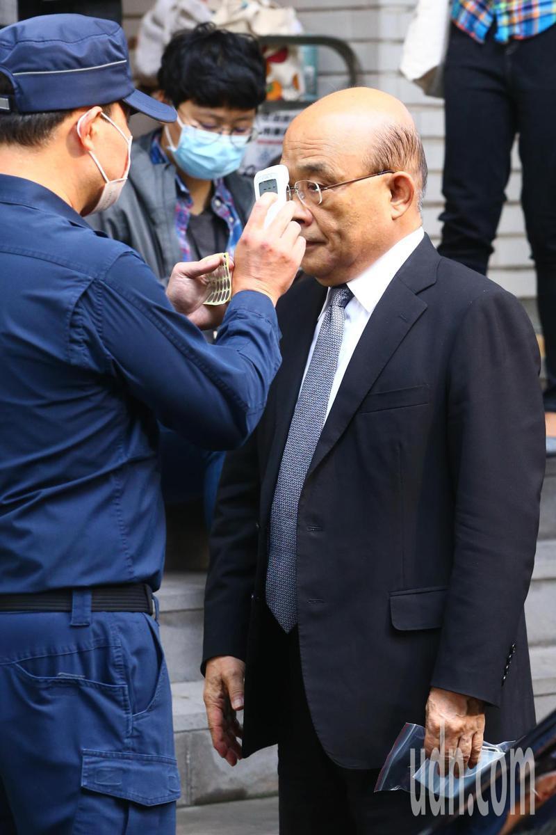 行政院長蘇貞昌上午赴立法院進行施政報告與備詢,議場外工作人員為其量體溫。記者葉信菉/攝影