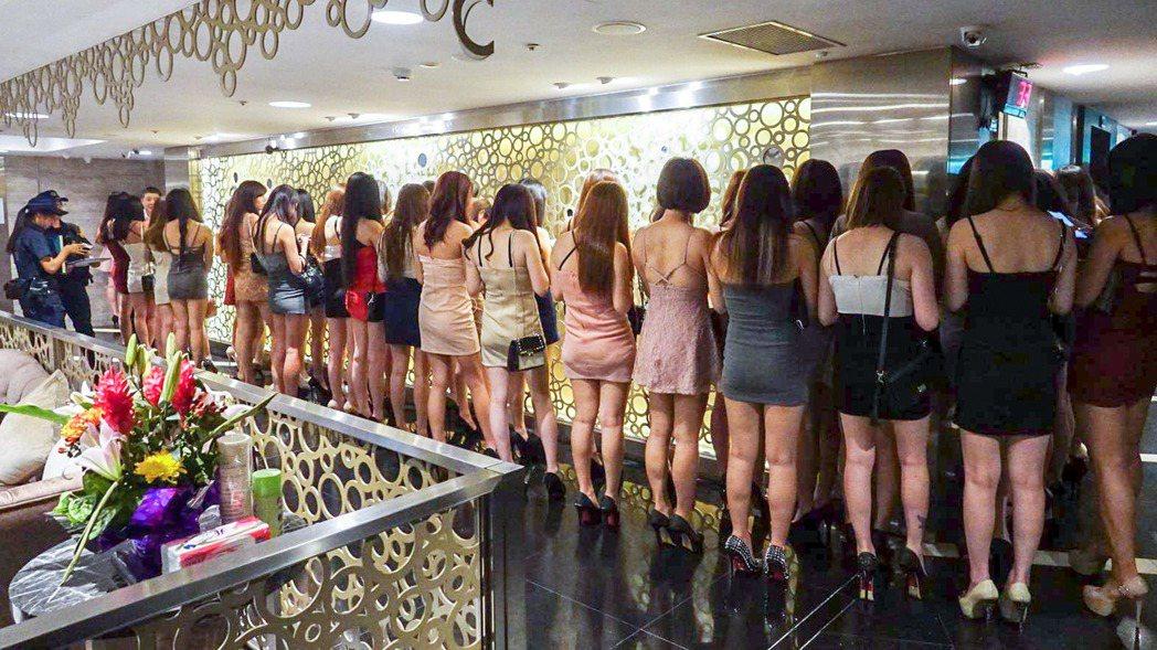 有酒店經紀說,許多女生會當酒店小姐不是缺錢,而是想要快速買到名牌,甘願犧牲肉體賺