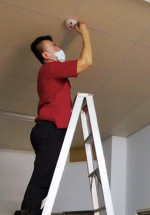 彰化縣消防局自即日起,開放65歲以上老人申請住警器補助。圖/消防局提供