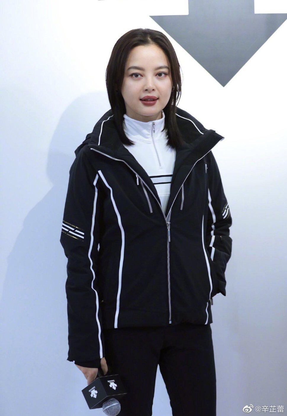 「如懿傳」嘉貴妃辛芷蕾出席活動被拍到臉部腫了的照片,引發熱烈討論。圖/摘自微博