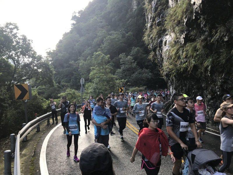 太魯閣馬拉松明天登場,全台上萬名跑者參賽,因颱風逼近,主辦單位密切注意賽道狀況。本報資料照片