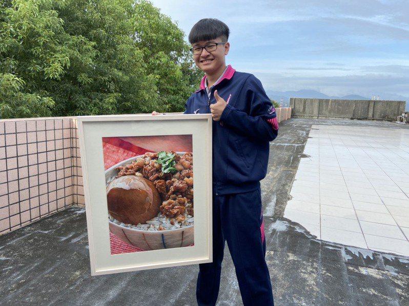 李翊平用麥克筆畫出基隆滷肉飯的多汁美味。圖/二信高中提供