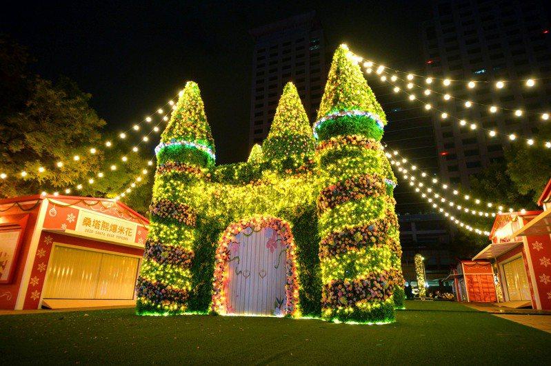 在板橋車站北2門正對面可看見燈區「站前夢幻莊園」。圖/新北市觀旅局提供