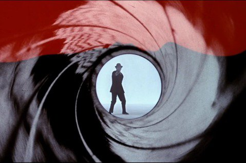 提到007影片,觀眾印象最深刻的經典元素之一,莫過於片頭的槍管畫面,只見槍管裡的圓形視窗中,一位男子側身走進,突然轉過正面對著鏡頭開槍,此時紅色的血緩緩流下,遮蓋全部畫面,鏡頭搖晃數下之後,再將圓形...
