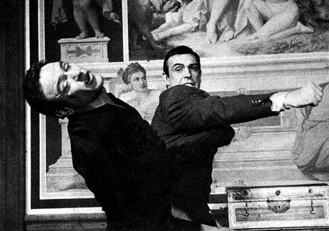 鮑伯西蒙斯(左)也曾和史恩康納萊在007電影對打。圖/摘自twitter