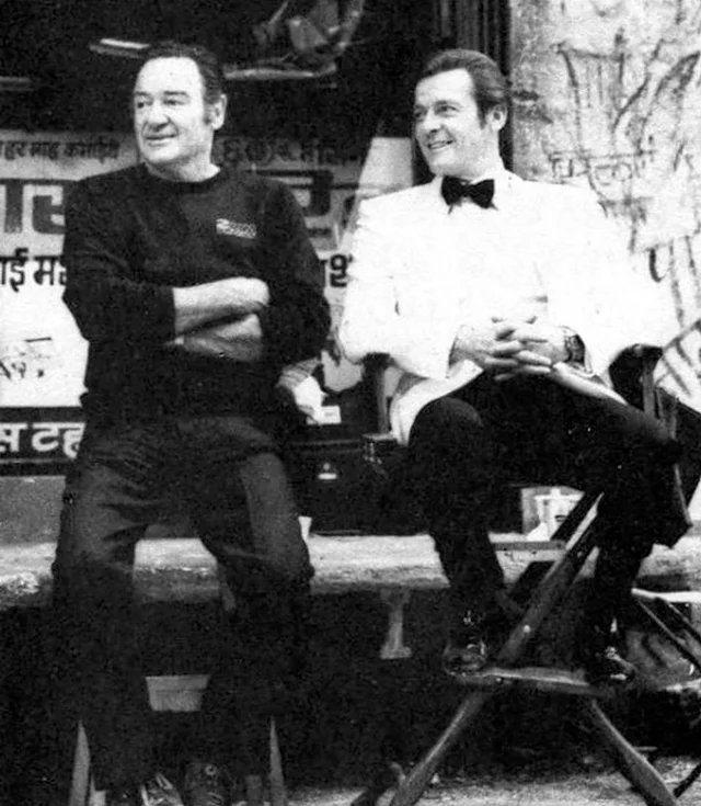 鮑伯西蒙斯(左)長期擔任007電影動作演員,曾與羅傑摩爾合作。圖/摘自twitt...